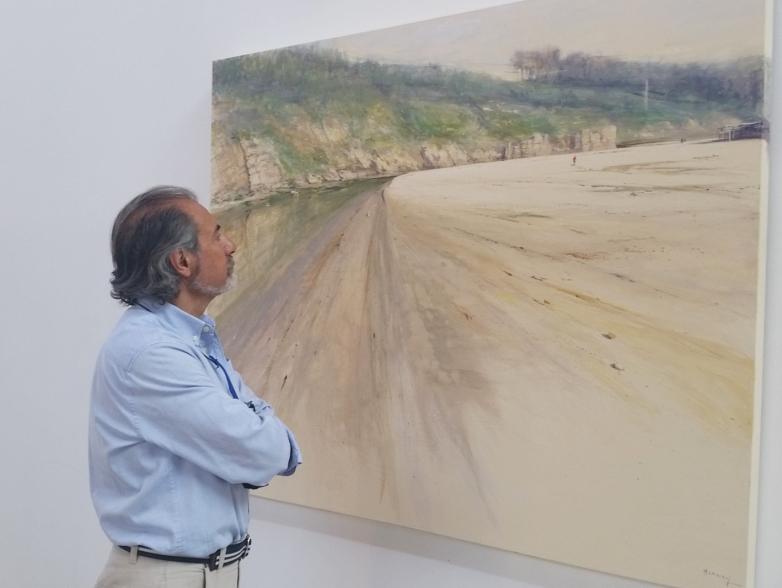 Marnay ante una de sus obras